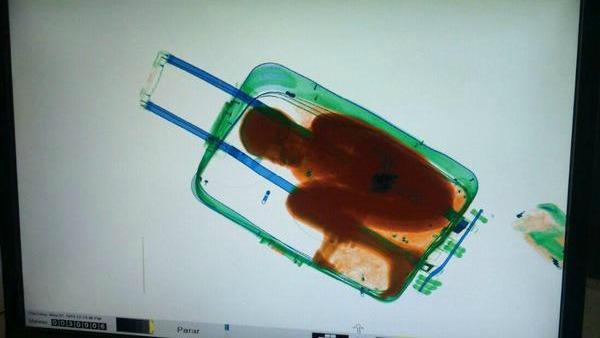 Abou: 8 anni, nascosto in una valigia per entrare in Europa