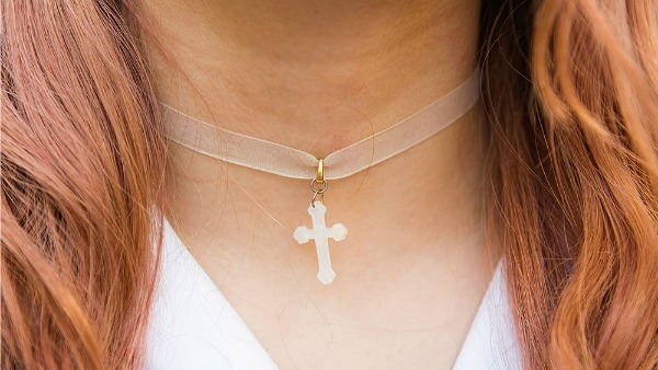 A 12 anni colpita da compagno classe per un crocifisso