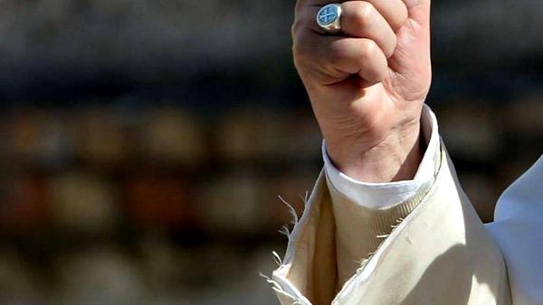 Basta col polsino sfilacciato di Papa Francesco: e se il vescovo di Roma fosse una persona normale?