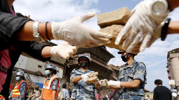 Nepal: donna viva sotto le macerie ma si temono 15.000 morti