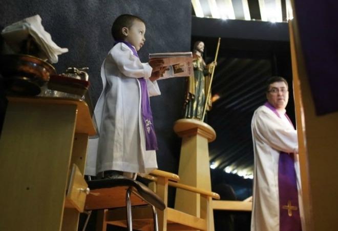 Il bambino malato di cancro che sogna di essere ministro dell'Eucaristia