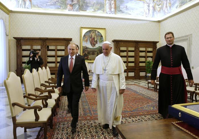 Papa Francesco a Putin: impegno di tutti per la pace