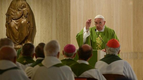 Il Papa: no ai pastori che parlano troppo e ascoltano poco