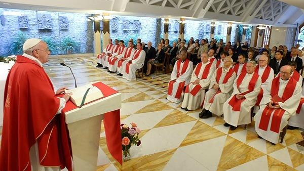 Papa Francesco: cristiani servano gratuitamente, no a inganno delle ricchezze