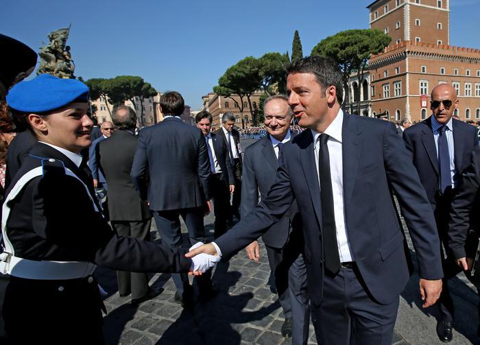 Festa della Repubblica: Mattarella e Renzi all'Altare della Patria