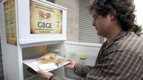 Il frigo della solidarietà: il modo fresco/figo della città spagnola di ridurre lo spreco alimentare