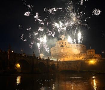 Fuochi d'artificio a Castel S. Angelo a sostegno dei cristiani in Medio Oriente