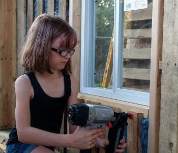 La storia di Hailey Fort, che a 9 anni costruisce case per i suoi amici senzatetto