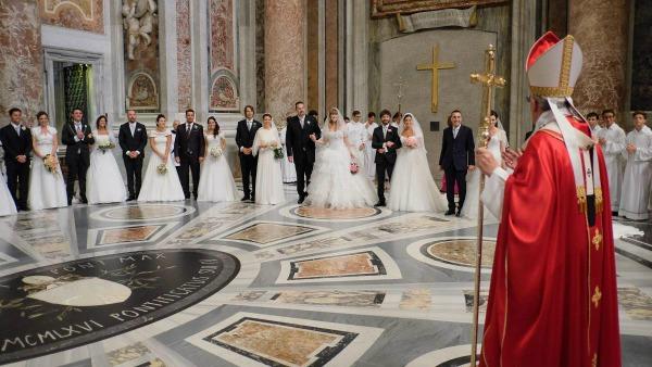 Papa Francesco: no a concezione riduttiva matrimonio, promuovere famiglia