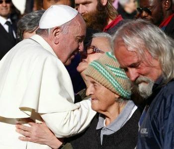 La carità del Papa: abbraccio agli ultimi
