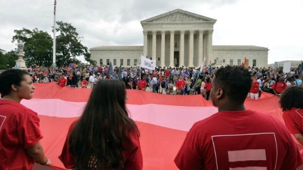Gli Usa dicono sì alle nozze gay. Obama: Una vittoria per l'America. I vescovi: tragico errore