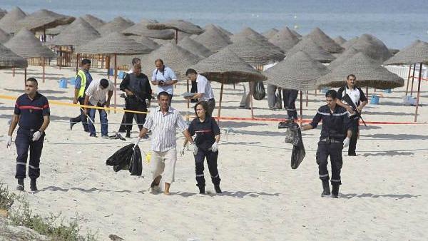 Sale a 27 morti e 6 feriti, compresi alcuni stranieri, il bilancio dell'attentato a Sousse in Tunisia. Lo ha reso noto il portavoce del ministero dell'Interno, Mohamed Ali Laroui, che ha parlato di turisti inglesi e tedeschi. In tutto gli stranieri uccisi sono almeno 7.