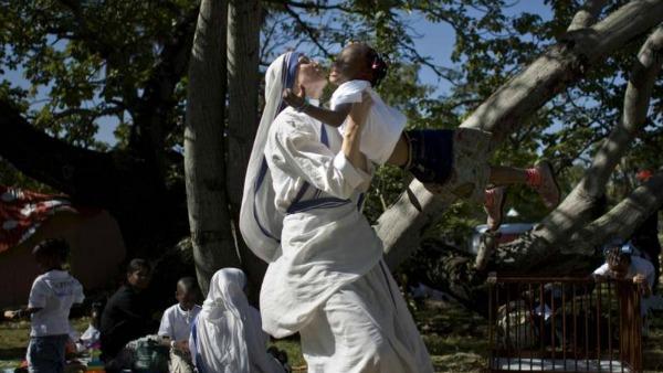 Camerun, la suora-medico che salva corpi (e anime) con il bisturi