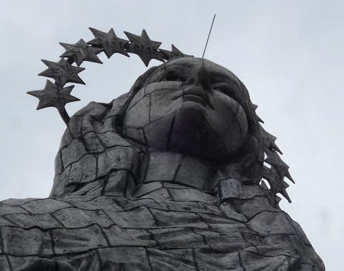Il volto della Madonna di Quito. La statua è alta 45 metri