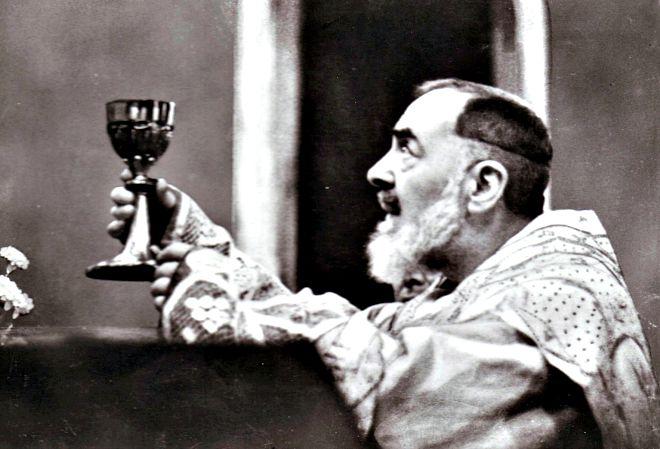 Nella sua vita, padre Pio ha sperimentato degli incontri con gli angeli ed è arrivato a conoscerli bene. Ha anche ricevuto locuzioni interiori, dovendo discernere da chi provenissero e come dovesse agire nei loro confronti.