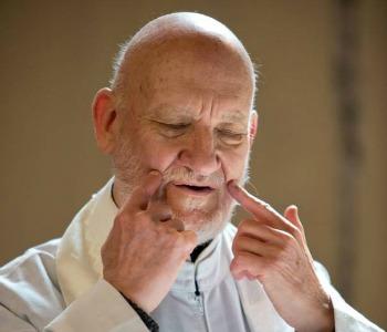 Un miracolo del web: prete sordo e cieco evangelizza su blog e youtube