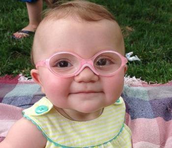 Guarda il video della bimba che vede i genitori per la prima volta: la reazione commuove il web