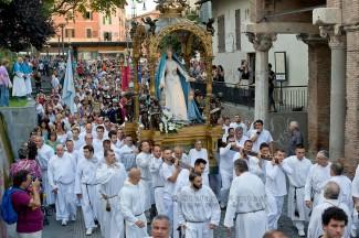 """Processione in onore della Madonna del Carmine detta """"de' Noantri"""".Solemn processions in honor of Madonna del Carmine"""