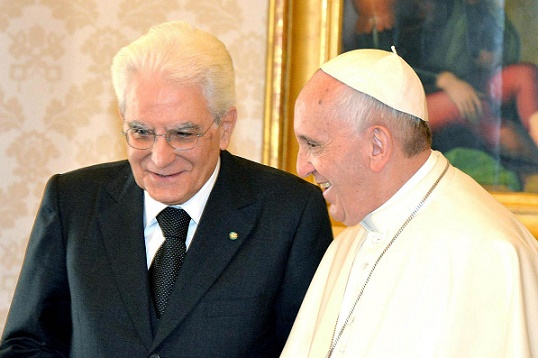 Il Presidente della Repubblica Sergio  Mattarella  accolto nella Sala del Tronetto da Sua Santità Francesco, in occasione della Visita di Stato nello Stato della Città del Vaticano, oggi 18 aprile 2015.ANSA/Antonio Di Gennaro -  Ufficio Stampa della Presidenza della Repubblica ANSA PROVIDES ACCESS TO THIS HANDOUT PHOTO TO BE USED SOLELY TO ILLUSTRATE NEWS REPORTING OR COMMENTARY ON THE FACTS OR EVENTS DEPICTED IN THIS IMAGE; NO ARCHIVING; NO LICENSING