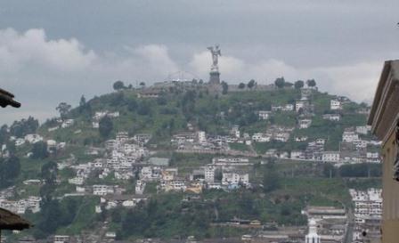 La Madonna di Quito o Vergine dell'Apocalisse sul Panecillo, la collina che si erge in pieno centro storico.