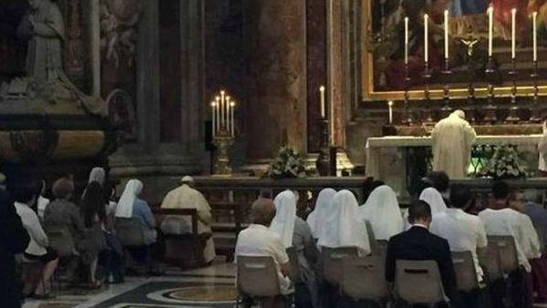 Il Papa in preghiera tra i fedeli all'altare di san Pio X