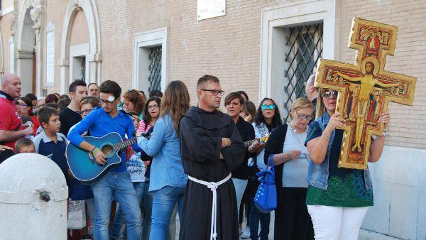 Dalle spiagge alle carceri: i giovani francescani pronti per la missione. Con Gesù a bordo