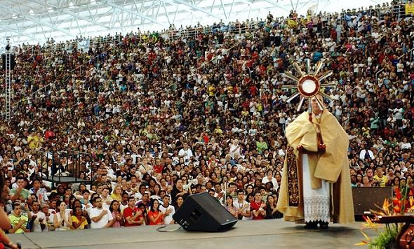 largecrowd+jesus+eucharist
