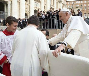 Piazza San Pietro: 9000 ministranti incontrano il Papa