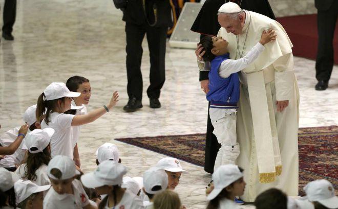 Papa Francesco: affascinare i giovani con il Vangelo in un'epoca di diffusa indifferenza religiosa