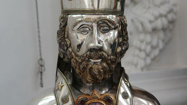 Di Cipriano giovane sappiamo che è nato pagano a Cartagine intorno al 210. Battezzato verso il 245, nel 249 è vescovo di Cartagine. Nel 250 l'imperatore Decio ordina che tutti i sudditi onorino le divinità pagane (offrendo sacrifici, o anche solo bruciando un po' d'incenso) e ricevano così il libello, un attestato di patriottismo.