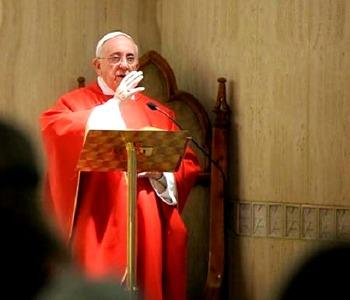 Papa Francesco: abbassarsi come Gesù sulla Croce per vincere le seduzioni del male