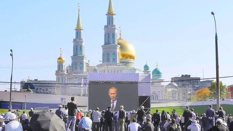 Putin inaugura grande Moschea a Mosca e attacca l'Is