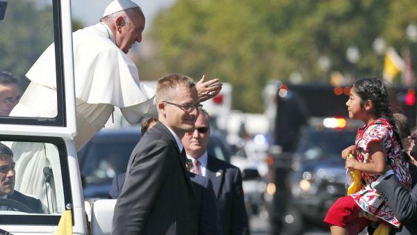Questa bimba dà una lettera a Papa: il colore pelle non conta!