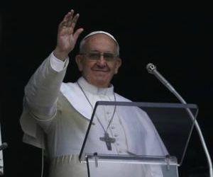 """Papa Angelus. """"Accogliete una famiglia di profughi"""". Il Vangelo non è una metafora."""
