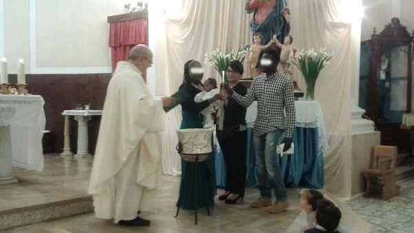 Aumenta il numero di piccoli rifugiati battezzati in Italia