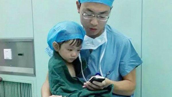 """La piccola Xin e il chirurgo Shi Zhuo, lezione di """"fede"""""""