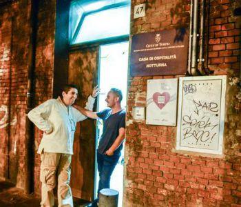 Torino. I clochard donano una busta con denaro per i profughi