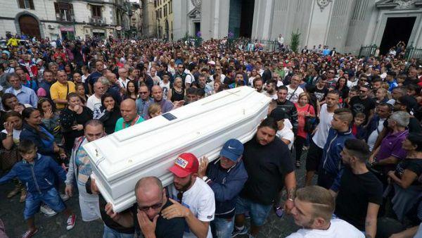 Genny vive. Una folla di giovani per l'ultimo saluto a Gennaro Cesarano