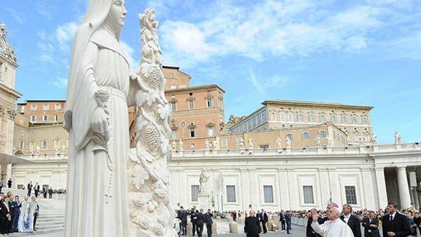 Papa Francesco benedice la statua di santa Rita (alta 6 metri)