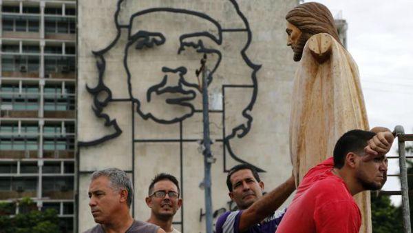 Una messa sotto il ritratto del Che: l'ultima rivoluzione del Papa