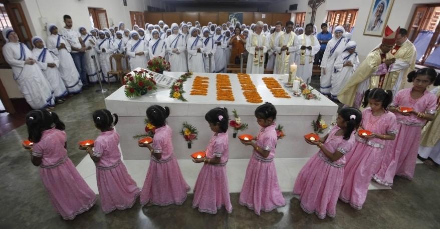 Il Card. Filoni sulla tomba di Madre Teresa: modello di amore per Dio e per i poveri