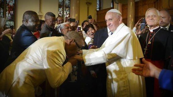 La carezza di Papa Francesco ai senzatetto