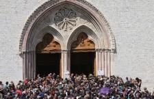 Assisi, folla di fedeli celebra San Francesco