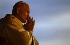 Il giorno in cui Giovanni Paolo II baciò 800 lebbrosi
