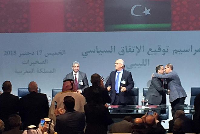 SKHIRAT (MAROCCO), 17 DIC - La firma è stata accoltada uno scrosciante applauso. Rappresentanti di Tripoli e To