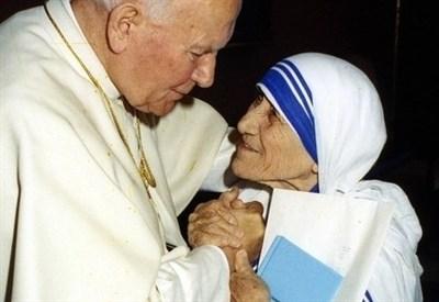 Giovanni Paolo II baciò Madre Teresa