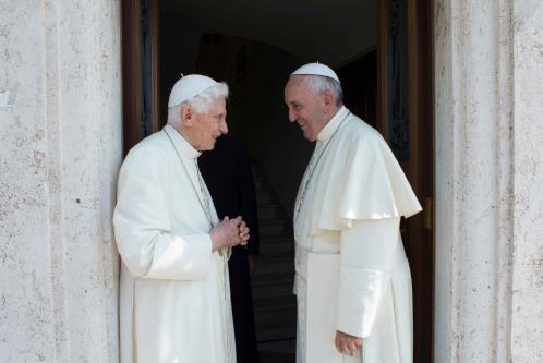 Lo scorso giugno Francesco si recò nella residenza del Papa emerito Benedetto XVI, all'ex Convento Mater Ecclesiae per salutarlo e augurargli una buona permanenza a Castelgandolfo. (Foto LaPresse)