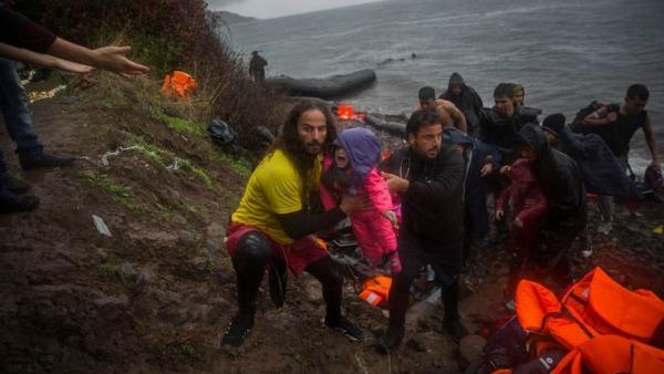 I bagnini volontari che salvano i profughi in mare sono la miglior lezione di teologia