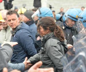 La poliziotta di Genova stringe la mano dei manifestanti e trasforma la protesta in un dialogo