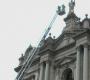 I vigili del fuoco incoronano a 32 metri d'altezza la 'Regina del Rosario' di Pompei